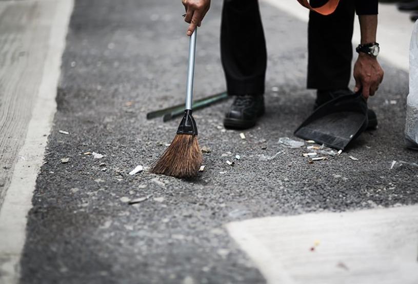 始業時間前に掃除をする人