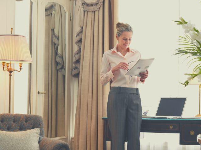 職務経歴書をチェックする女性