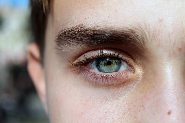 濃い眉毛の女性