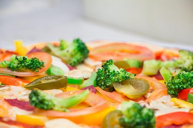 飲食店で提供されたピザ