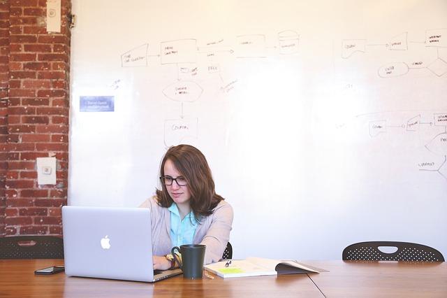 転職サイトを見る女性