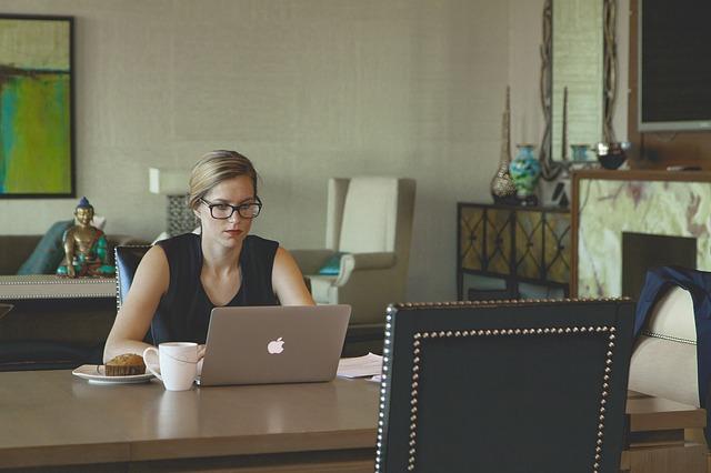 パソコン作業中の女性