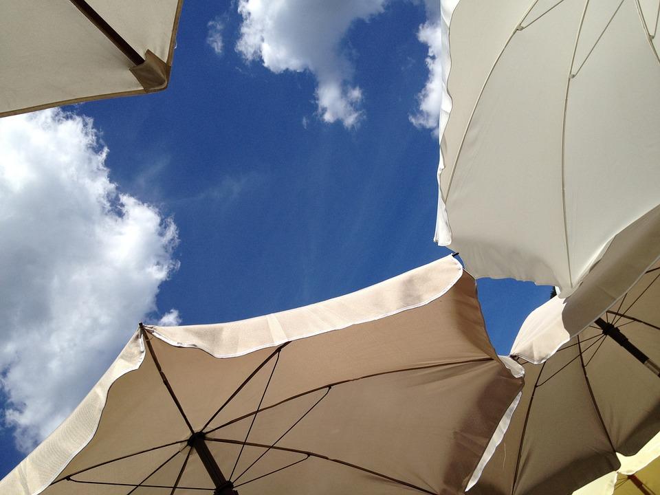 パラソルと青空