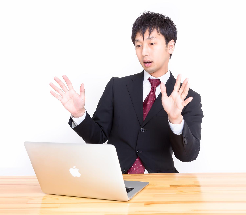 パソコンを見る社員