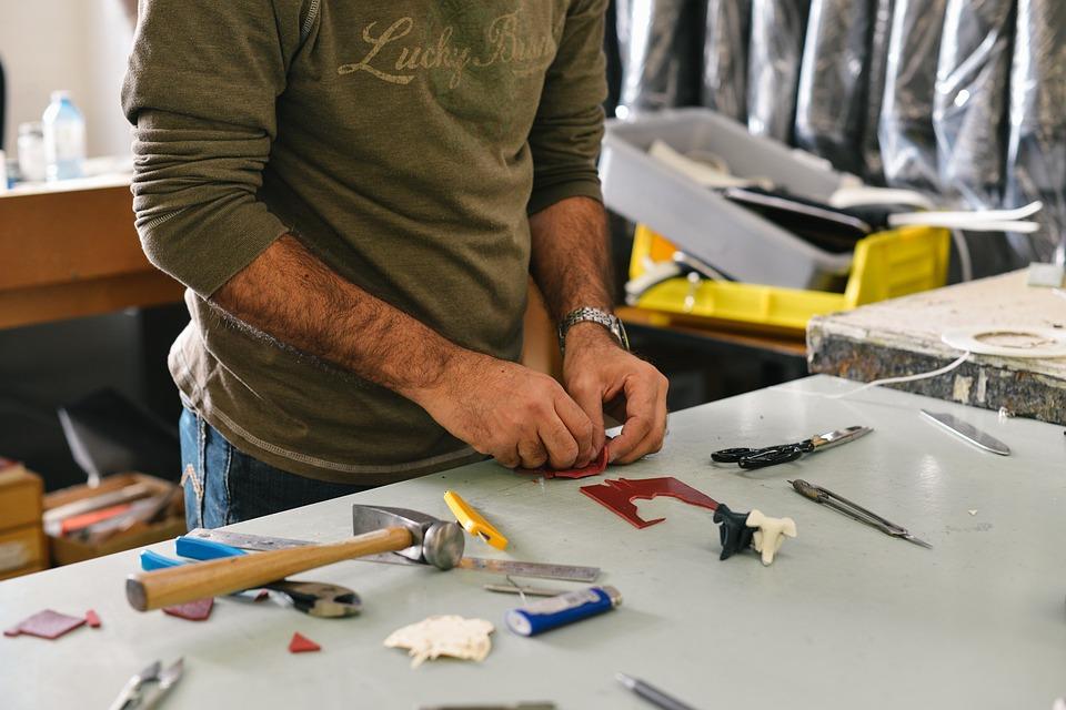 工具を触る男性