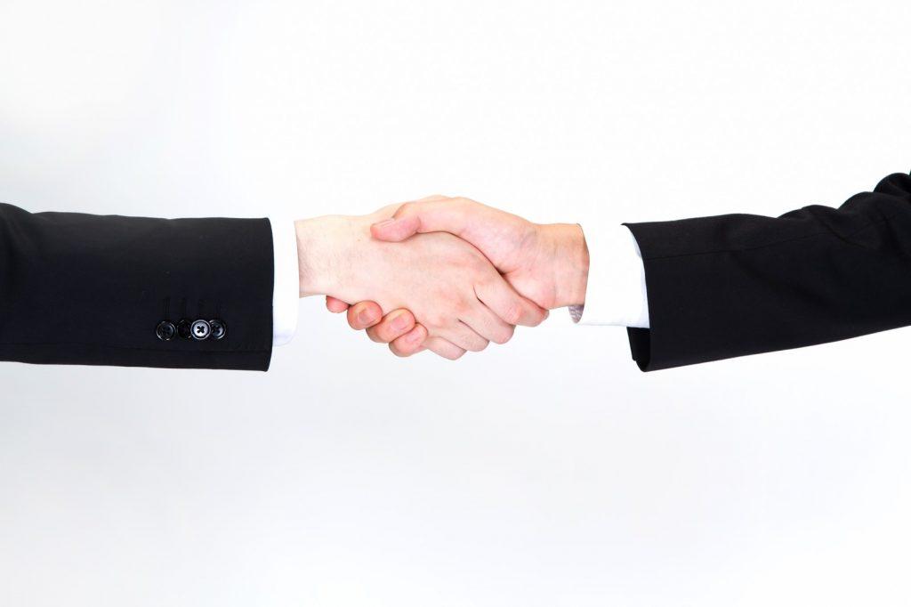 新入社員のように握手する男性