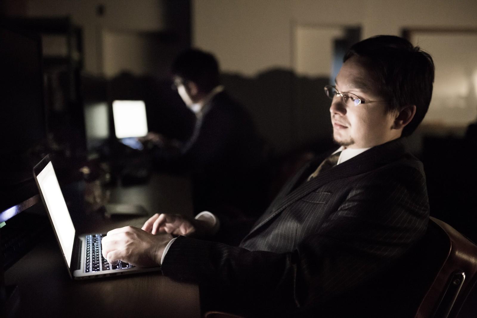深夜に仕事をする男性
