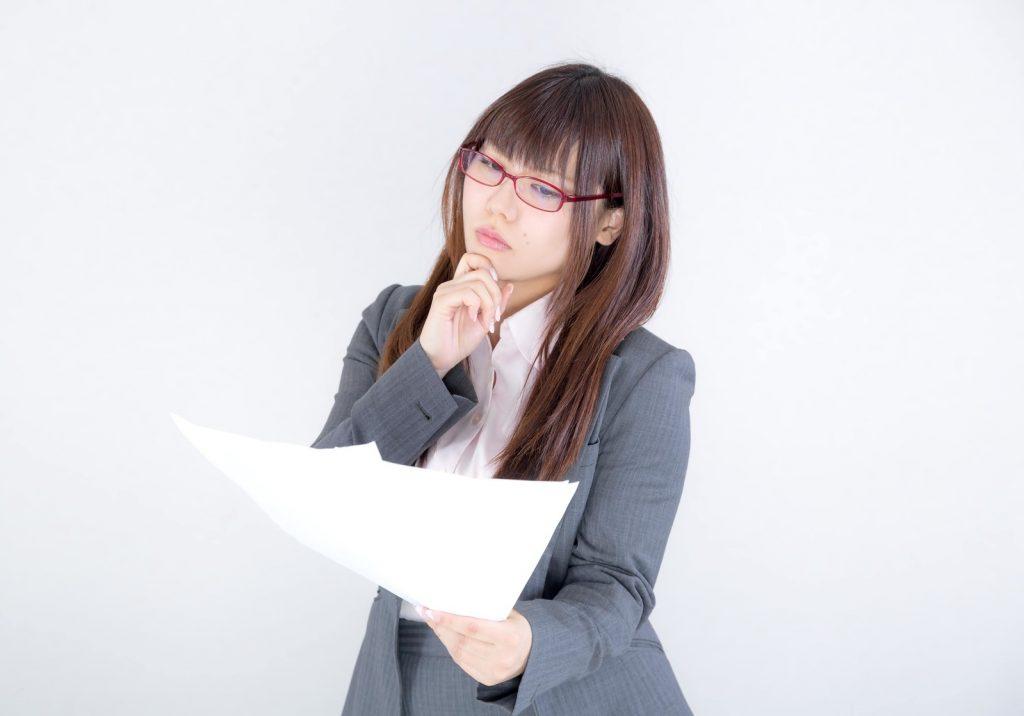 書類を見る普段は怖い女性社員