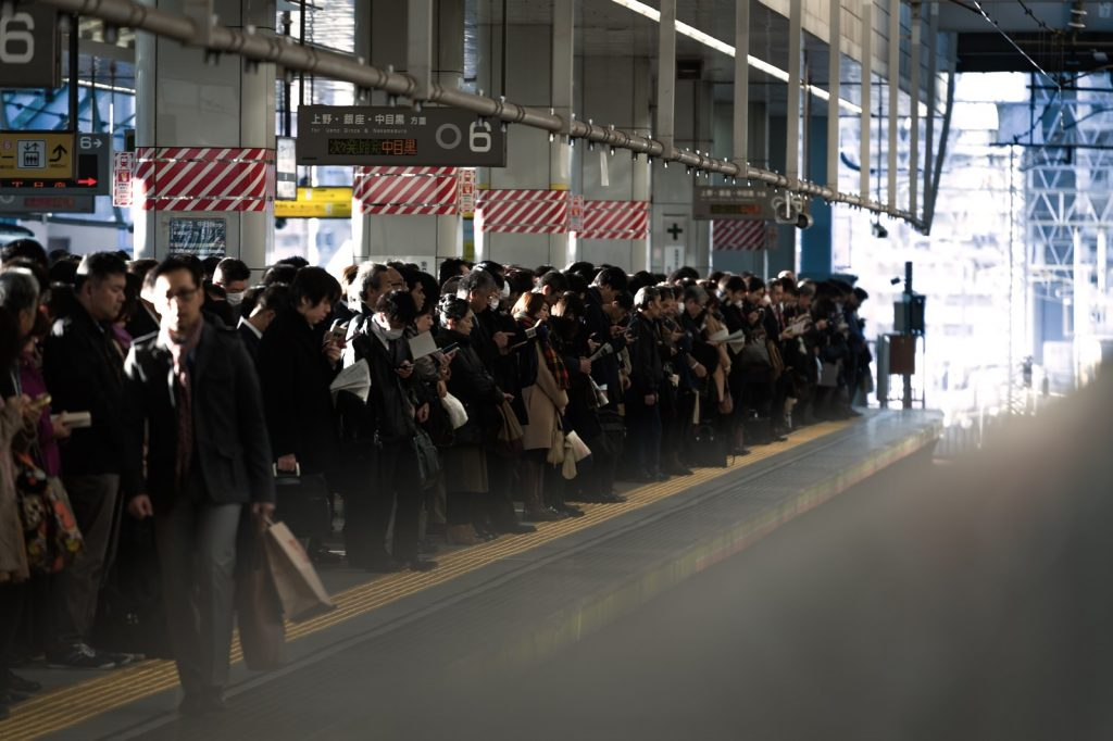 通勤に1時間かかる電車待ち