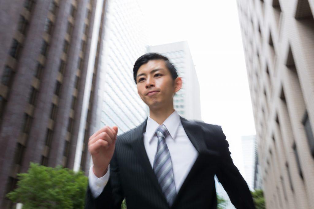 オフィス街を走るビジネスマン