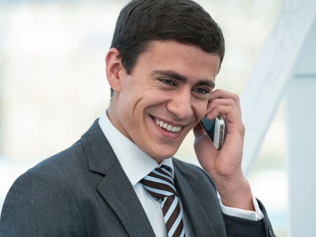 笑顔で電話応対する人