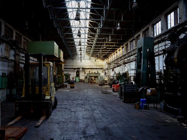 薄暗い工場