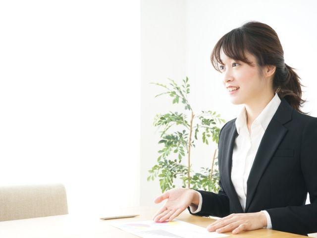 営業の仕事をする女性