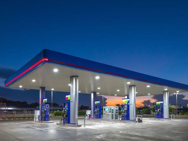 夜のガソリンスタンドは仕事が少ない